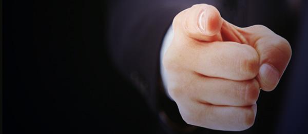 リスクを指摘する男性の手